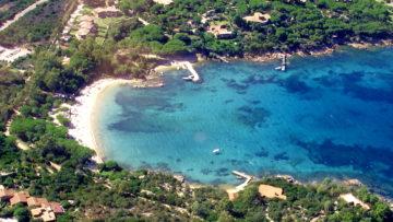 veduta cala suaraccia con spiaggia e dive center site